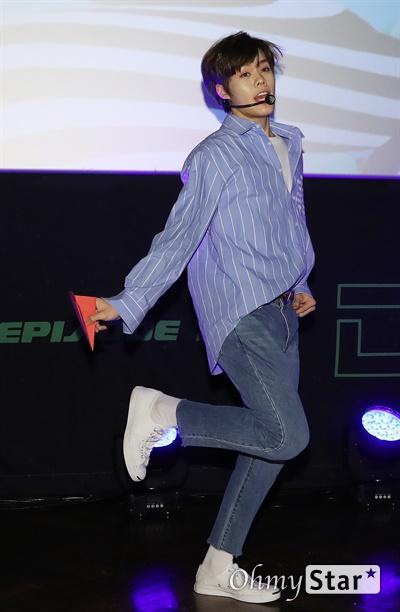 '고스트나인' 날아보자! 고스트나인(GHOST9)이 23일 오후 서울 강남구의 한 공연장에서 열린 데뷔 앨범 < 프리 에피소드 1 : 도어(PRE EPISODE 1 : DOOR) > 쇼케이스에서 수록곡 '야간비행'을 선보이고 있다.  고스트나인은 '프로듀스X101'에서 활약 후 '틴틴'으로 프리 유닛 데뷔를 했던 이우진, 이진우, 이태승을 포함해 황동준, 이신, 최준성, 이강성, 손준형, 프린스로 구성된 9인조 보이그룹이다.