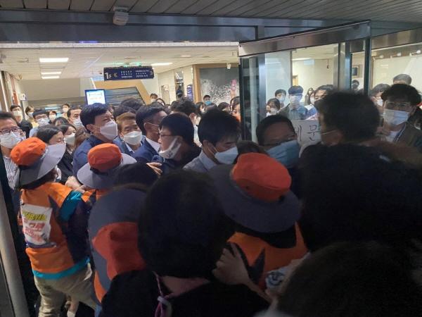 정천석 울산 동구청장이 22일 저녁 퇴근하려 하자 울산 동구청 CCTV관제센터 요원(노동자)들이 면담을 요구하는 과정에서 동구청 직원들과 충돌하고 있다