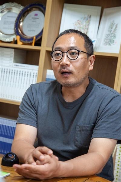 인터뷰 중인 윤상훈 녹색연합 사무처장