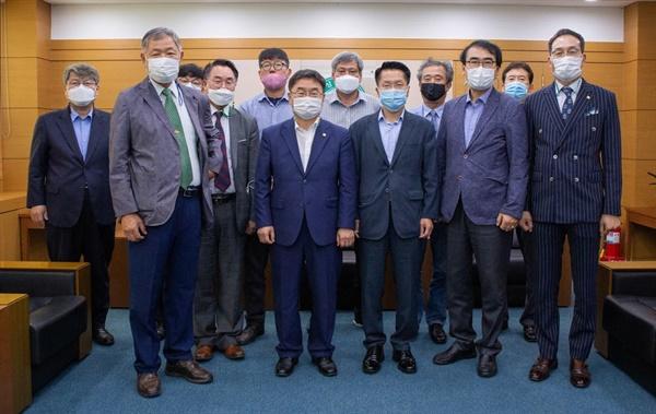 한경호 경상대 총동문회장, 권순기 총장 만나 상호 협력 방안 논의