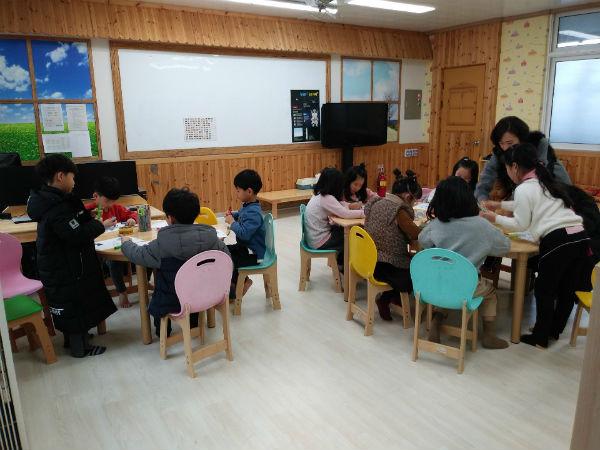 청주시 봉정초등학교 학생들이 돌봄교실에서 활동하고 있는 모습.