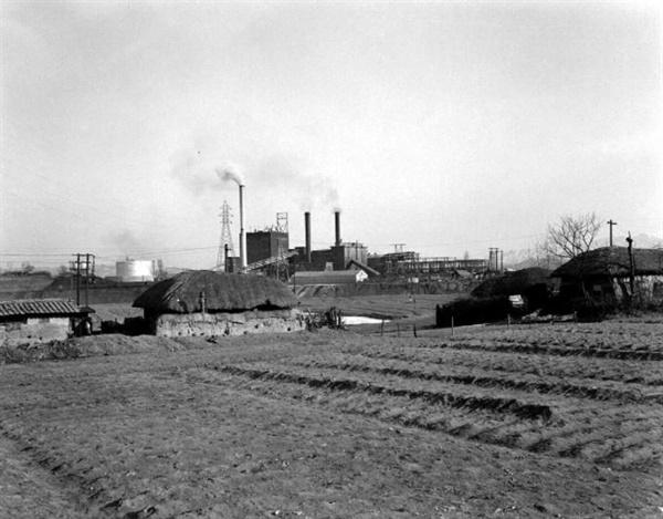 1950년대 말 서울 변두리 풍경 사진은 당인리 발전소. 지금의 마포구 상수동 서울화력발전소 인근이다. 서울 변두리는 1960년대는 물론 1970년대 초반까지도 이 사진과 비슷한 정경을 간직하고 있었다.