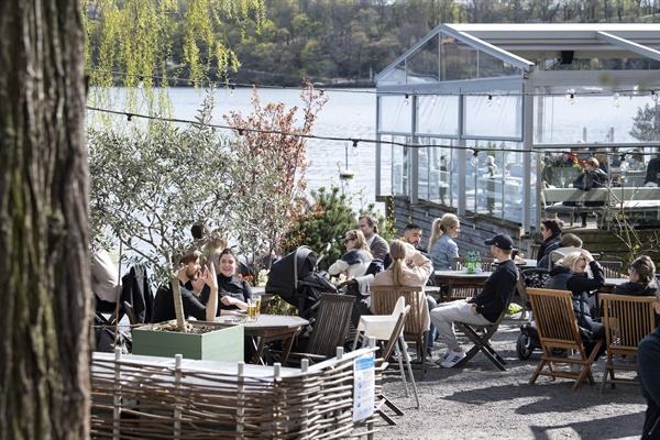 신종 코로나바이러스 감염증(코로나19)이 확산하는 스웨덴 수도 스톡홀름의 한 야외 카페에서 지난 4월 26일(현지시간) 시민들이 봄 날씨를 즐기고 있다. 유럽의 다수 국가는 코로나19 확산 차단을 위해 강력한 봉쇄 조치를 취했지만, 스웨덴은 50명이 넘는 모임을 금지한 것 외에 초등학교와 카페, 식당 등을 계속 열어두고 있다.