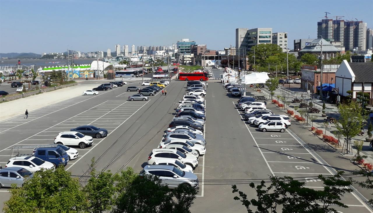주차장으로 변한 부두화물역 부근(오른쪽 도로는 예전 해안통. 도로 뒤편으로 구 조선은행 지붕이 보인다)