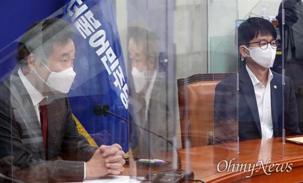 박재민 국방부 차관이 24일 더불어민주당 국회 당대표실을 방문, 이낙연 대표 등에게 북한 해역에서 발생한 어업지도관리단 소속 어업지도 공무원 피격 사건에 대해 보고하고 있다.