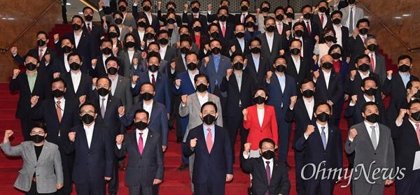 국민의힘 주호영 원내대표와 의원들이 24일 국회 본청 계단에서 열린 실종 공무원 북한 총격 사망 사건 규탄대회에서 구호를 외치고 있다.
