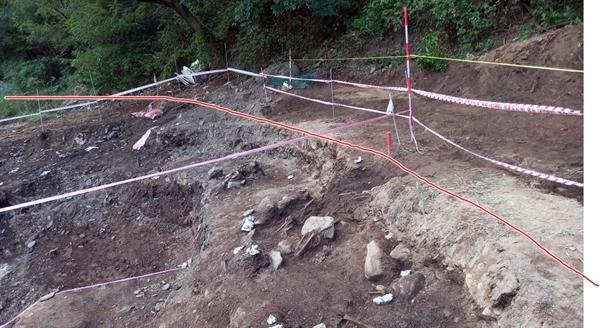 24일 유해발굴 과정에서 산자락 아래로 길게 뻗은 구덩이를 확인했다. 사진 속 장면처럼 구덩이는 'ㄱ'자로 길게 뻗어 있었고, 구덩이 폭도 약 3m 정도로 나타났다.