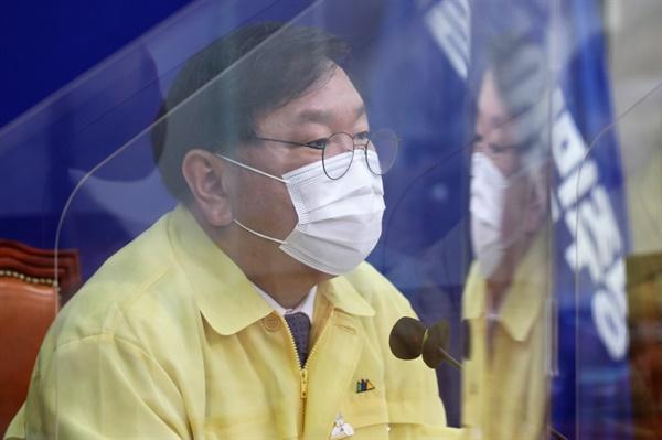 더불어민주당 김태년 원내대표가 25일 오전 국회에서 열린 최고위원회의에서 발언하고 있다.