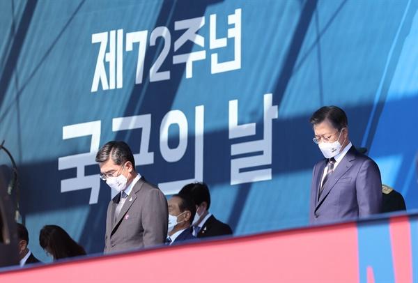문재인 대통령이 25일 오전 경기도 이천시 육군 특수전사령부에서 열린 제72주년 국군의 날 기념식에 참석해 순국선열 및 호국영령에 대한 묵념을 하고 있다.