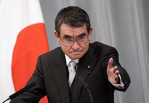 고노 다로 일본 행정개혁장관이 지난 17일 총리관저에서 열린 기자회견에서 기자들의 질문을 받고 있다.