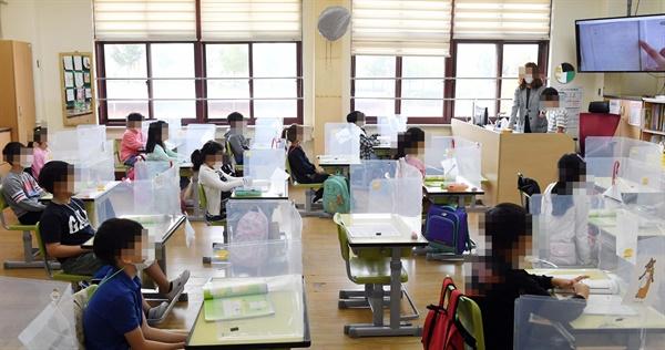 수도권 등교 재개 첫날이었던 9월 21일 오전 서울 강동구 한산초등학교에서 2학년 학생들이 수업을 듣고 있는 모습.