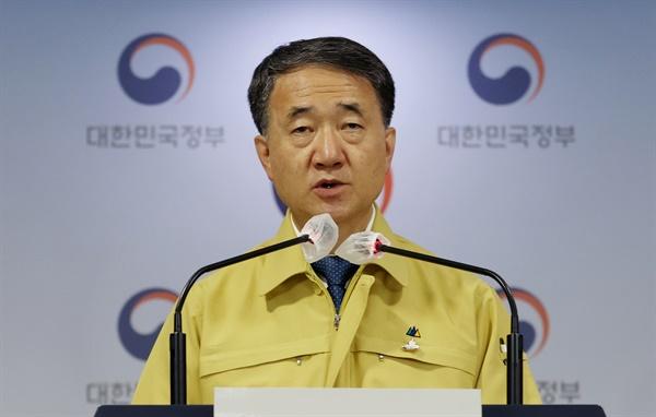 박능후 보건복지부 장관이 25일 오전 정부서울청사에서 추석 연휴 사회적 거리두기 단계를 발표하고 있다