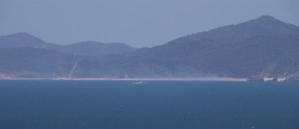 소연평도에서 실종된 공무원이 북측 해상에서 표류하다 북한군의 총격을 받고 사망한 것으로 알려진 가운데 25일 이 공무원이 피격된 것으로 추정된 황해도 등산곶 해안 인근에 북한 군함이 이동하고 있다.