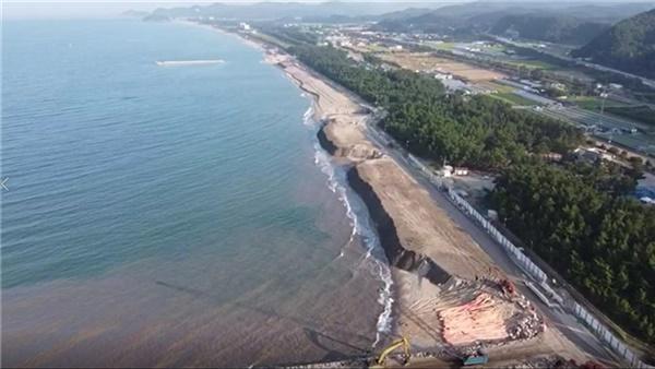 강원 삼척 맹방리해변에서 양빈 작업이 진행되고 있는 모습.