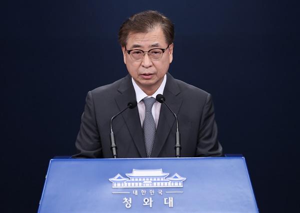 서훈 청와대 국가안보실장이 25일 오후 청와대 춘추관 대브리핑룸에서 남북한 현안 관련 브리핑을 하고 있다.