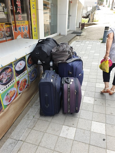 응우웬반수의 귀국 가방.