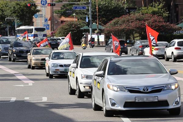 (서울=연합뉴스) 서명곤 기자 = 개천절 차량 집회를 예고한 보수단체 새로운 한국을 위한 국민운동 회원들이 26일 오후 서울 시내 거리에서 추미애 법무부 장관 사퇴를 촉구하고 정부의 '반미친중' 정책을 규탄하는 카퍼레이드를 벌이고 있다. 2020.9.26