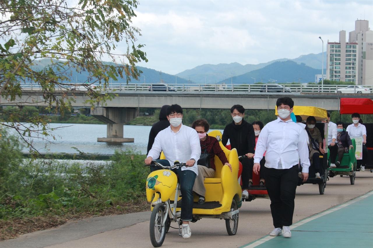 자전거 체험을 하고 있는 시민들의 모습 자원봉사자들에게 의해 자전거 체험을 하고 있는 시민들의 모습