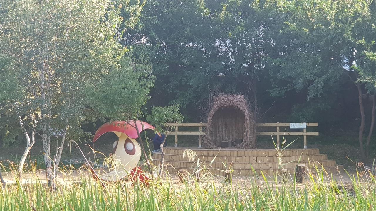 에스파스에 마련된 둥지의 모습이다. 자연친화적으로 만들어진 랜드 아트 조형물인 둥지의 모습이다. 지친 일상에서 잠시 쉬어가라고 만든 공간이라고 한다.