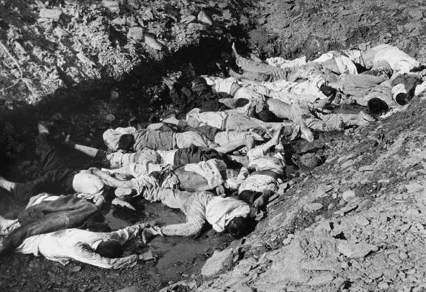 군경이 민간인을 총살한 후 시신을 구덩이 안으로 던져 놓았다. 이 사진은 1950년 7월 당시 대전 골령골 학살현장으로 미 극동군사령부 연락장교 애버트(Abbott) 소령이 찍고, 고 이도영 박사가 1999년 말 NARA에서 발굴했다.