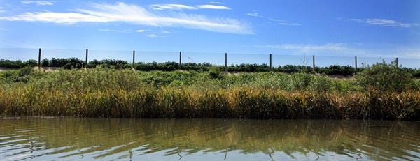 압록강 상류에서 보는 중국-북한 국경선의 철조망