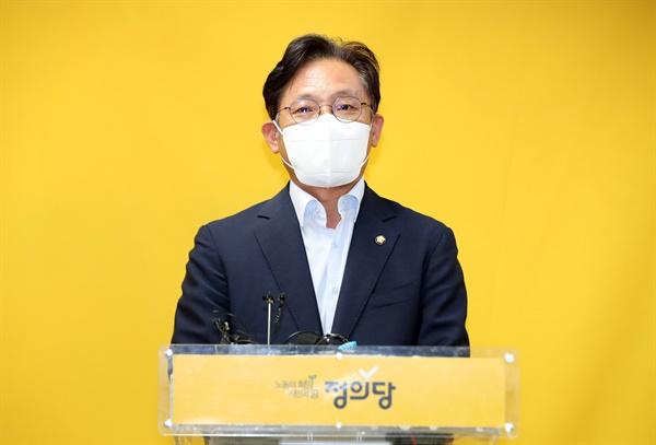 27일 오후 서울 여의도 중앙당사에서 열린 정의당 6기 대표단 선출선거 결과 발표에서 결선에 진출한 배진교 후보가 인사말을 하고 있다.