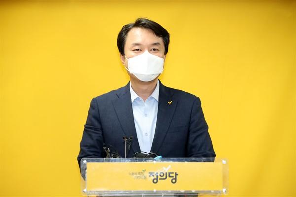27일 오후 서울 여의도 중앙당사에서 열린 정의당 6기 대표단 선출선거 결과 발표에서 결선에 진출한 김종철 후보가 인사말을 하고 있다.