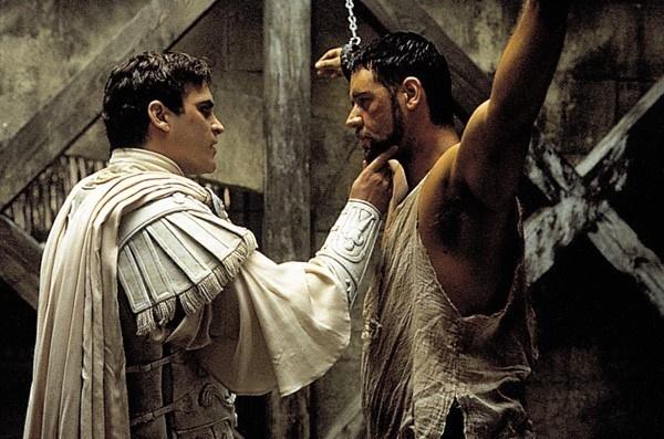 영화 <글래디에이터> 스틸사진 왼쪽이 극중 코모두스 황제이다