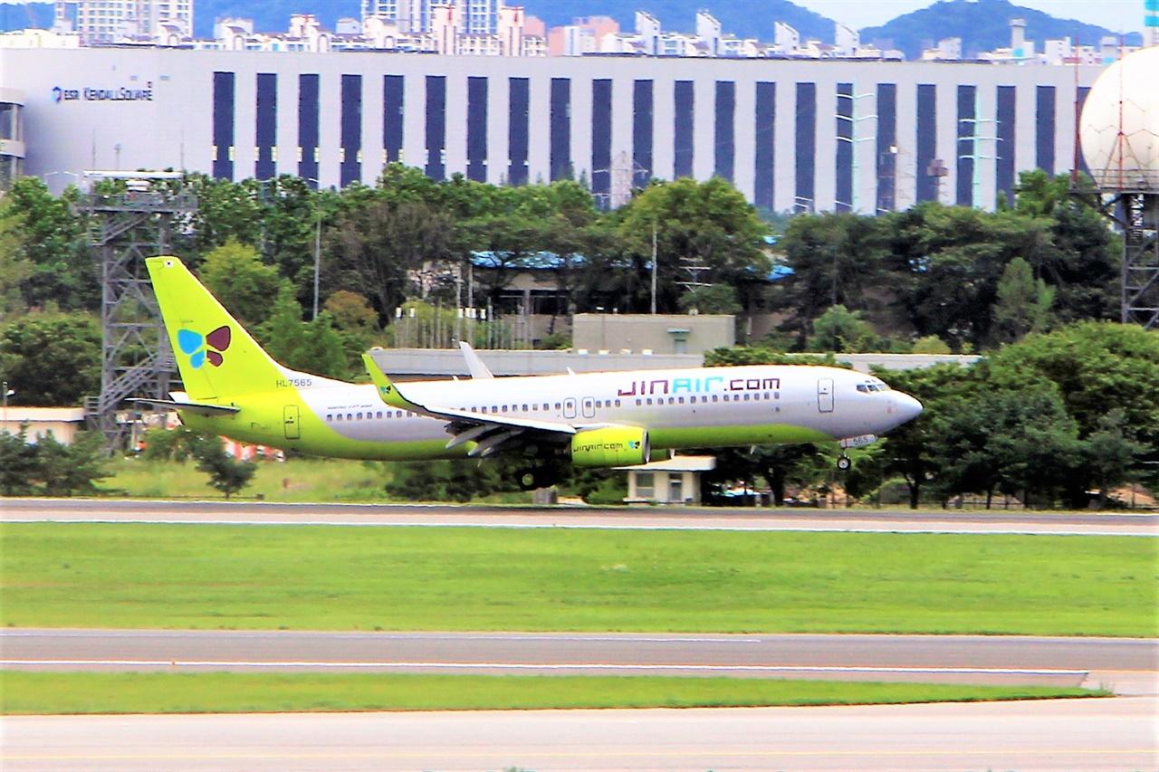 추석 연휴 기간동안 전국 공항에는 96만 명의 국내선 승객이 이용할 전망이다. 사진은 김포공항에 착륙하고 있는 국내선 항공기.