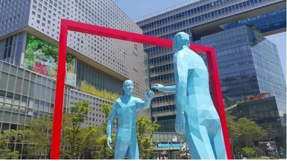 서울 상암동 DMC에 세워진 '미러맨'