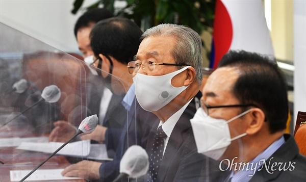 김종인 국민의힘 비대위원장이 28일 국회에서 열린 비상대책위원회의에 참석, 모두발언을 하고 있다.