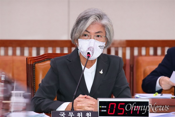 강경화 외교부 장관이 28일 오전 국회에서 열린 외교통일위원회 전체회의에서 의원들의 질문에 답변하고 있다.