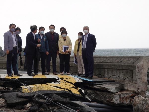 더불어민주당 울산시당 이상헌 시당위원장(오른쪽) 등이 지난 11일 태풍 피해가 발생한 북구 해안가를 둘러보고 있다.
