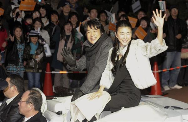 일본의 유명 여배우인 다케우치 유코(竹內結子)가 27일 숨진 채 발견됐다. 향년 40세. 사진은 지난 2010년 1월20일 남배우 사카이 마사토(堺雅人)와 함께 오픈카를 타고 퍼레이드를 하는 다케우치 유코.