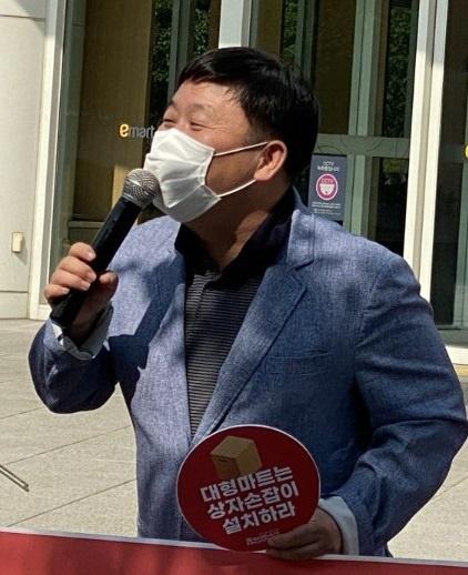 안진걸 민생경제연구소장이 28일 오후 이마트 노동자 상자 손잡이와 관련해  발언을 하고 있다.