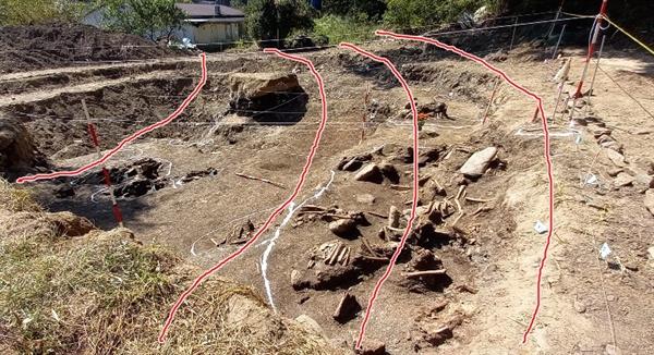 공동조사단은 유해가 매장된 구덩이가 세 줄기로 좌우로 뻗어 있음을 확인했다고 29일 밝혔다. 현재 유해발굴은 가로 10m, 세로 10m 정도에서 진행 중이다. 발굴단은 산 위쪽을 중심으로 비슷한 폭의 세 개의 구덩이가 좌우로 뻗어 있는 것으로 추정하고 있다. 붉은 선은 기자가 구덩이 방향과 위치를 임의로 사진에 그려 넣은 것이다.