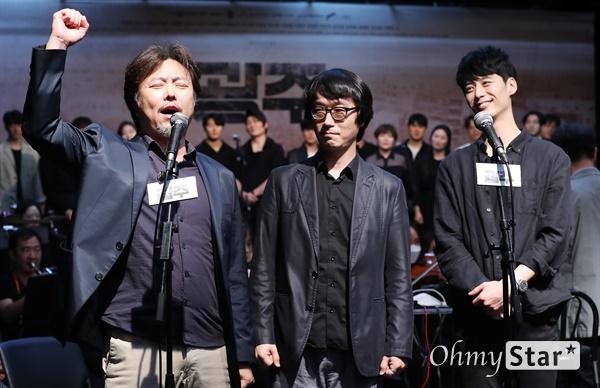 '광주' 민주화 의지 담은 열연 29일 오후 서울 대학로 홍익대 대학로 아트센터 대극장에서 열린 뮤지컬 <광주> 시츠프로브 및 쇼케이스에서 출연배우들이 열연을 하고 있다. <광주>는 국가 권력의 계략 앞에서도 끝내 굴복하지 않는 광주시민들과 그들을 지켜보는 한 편의대원의 고뇌를 다룬 5·18민주화운동 40주년 기념 창작 뮤지컬로, 군부 정권에 대항한 5·18민주화운동의 숭고한 의지와 민주, 인권, 평화 등 보편타당한 가치를 담아낸 작품이다. 10월 9일부터 11월 8일까지 공연.