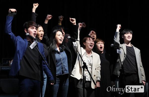 '광주' 임을 위한 행진! 29일 오후 서울 대학로 홍익대 대학로 아트센터 대극장에서 열린 뮤지컬 <광주> 시츠프로브 및 쇼케이스에서 출연배우들이 열연을 하고 있다. <광주>는 국가 권력의 계략 앞에서도 끝내 굴복하지 않는 광주시민들과 그들을 지켜보는 한 편의대원의 고뇌를 다룬 5·18민주화운동 40주년 기념 창작 뮤지컬로, 군부 정권에 대항한 5·18민주화운동의 숭고한 의지와 민주, 인권, 평화 등 보편타당한 가치를 담아낸 작품이다. 10월 9일부터 11월 8일까지 공연.