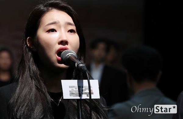 '광주' 이봄소리, 숭고함 담은 목소리 29일 오후 서울 대학로 홍익대 대학로 아트센터 대극장에서 열린 뮤지컬 <광주> 시츠프로브 및 쇼케이스에서 출연배우들이 열연을 하고 있다. <광주>는 국가 권력의 계략 앞에서도 끝내 굴복하지 않는 광주시민들과 그들을 지켜보는 한 편의대원의 고뇌를 다룬 5·18민주화운동 40주년 기념 창작 뮤지컬로, 군부 정권에 대항한 5·18민주화운동의 숭고한 의지와 민주, 인권, 평화 등 보편타당한 가치를 담아낸 작품이다. 10월 9일부터 11월 8일까지 공연.