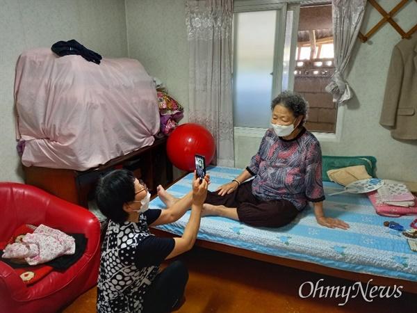 경북 의성군은 지난 14일부터 25일까지 생활지도사들이 어르신들을 방문해 코로나19로 인해 고향을 방문할 수 없는 자녀들을 위해 동영상을 제작해 전달했다.