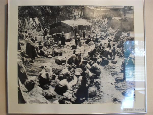 부산의 피난민들. 부산시 서구 부민동의 임시수도기념관에서 찍은 사진.