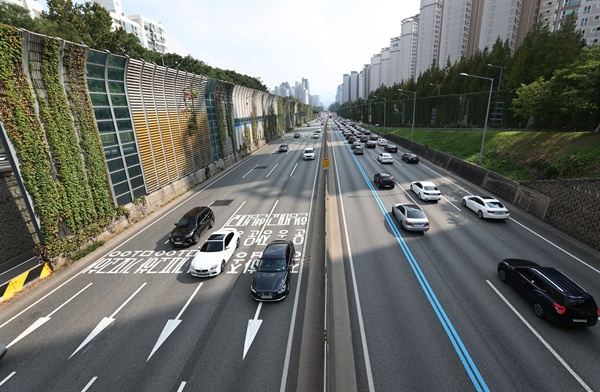 """'귀성길은 1시, 귀경길은 3시가 가장 혼잡' 추석인 1일 오후 서울 서초구 잠원IC 일대에서 바라본 경부고속도로 하행선에 차량들이 줄지어 서있다. 도로공사 관계자는 """"고속도로 양방향이 매우 혼잡하며 연휴 중 최대 정체가 예상된다""""고 말했다. 도로공사는 귀성 방향 정체가 오후 1시∼2시에 가장 심했다가 오후 9시∼10시께 해소될 것으로 전망했다. 귀경 방향은 오후 3시∼4시에 최대 정체를 보이다가 내일 오전 2시∼3시께 해소될 것으로 내다봤다."""