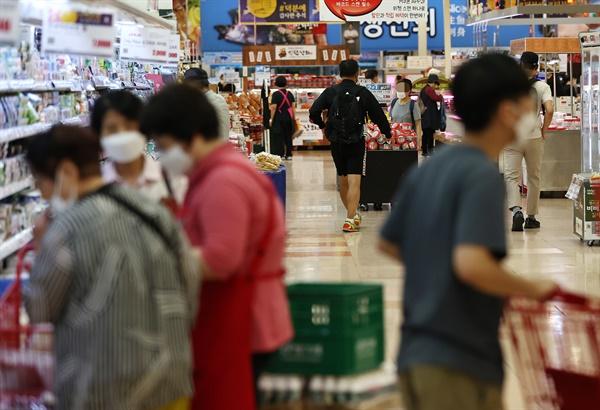 추석 연휴를 일주일여 앞둔 22일 서울시내 한 대형마트가 평일 낮시간임에도 불구하고 장을 보는 시민들로 북적이고 있다.