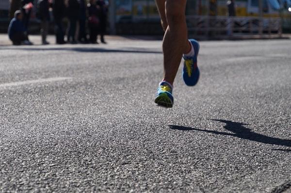 달리기는 쉽다. 방법을 연구할 필요도, 도구를 사용할 필요도 없으며, 무엇보다 잘하고 말고의 기준이 없다.