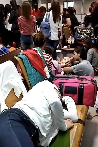 수용된 승객으로 가득찬 인천공항 송환대기실의 모습.