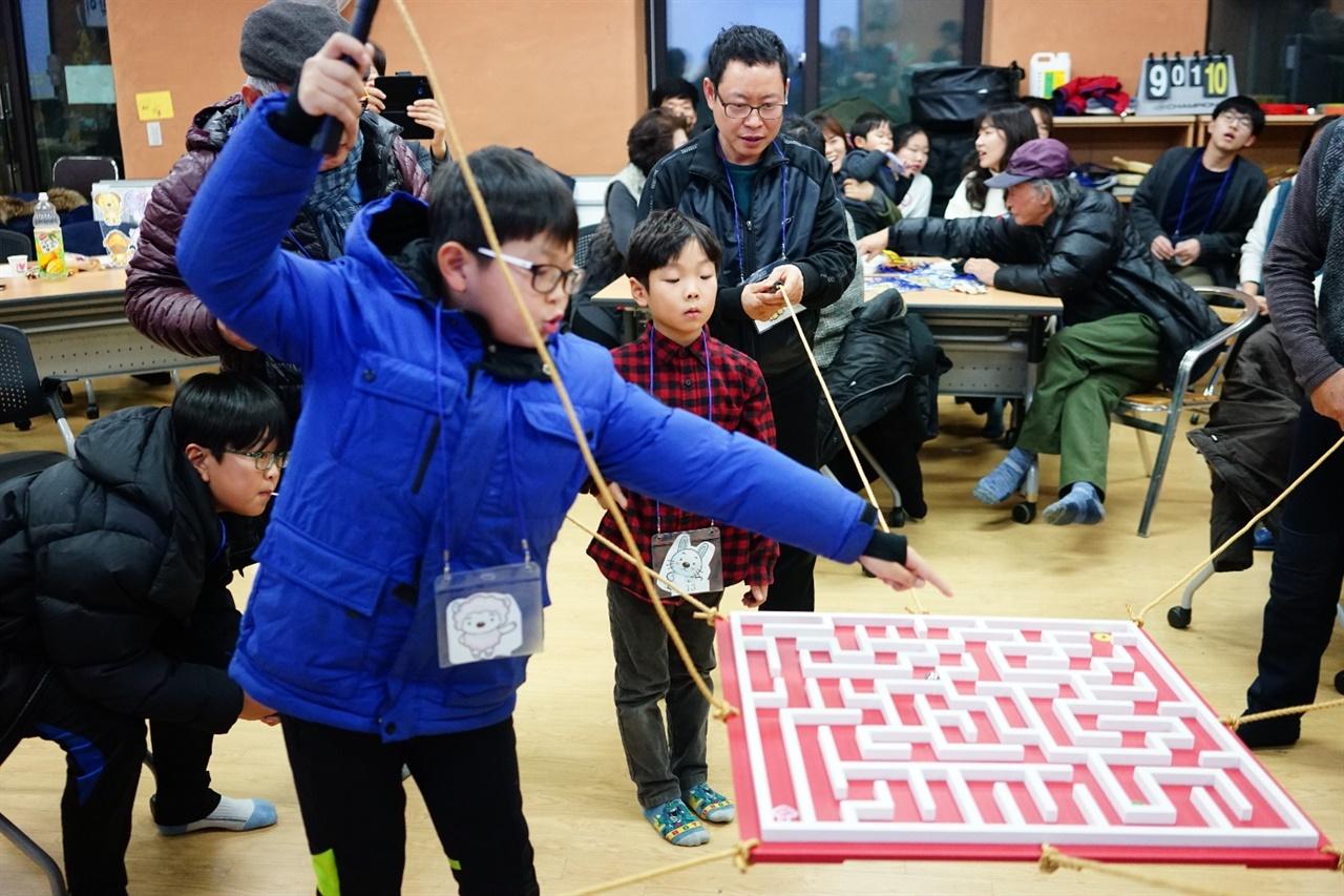 마을 송년회 때 아이들 모습.   해마다 열리는 마을 송년회에서 아이들도 빠질 수 없다. 아이들은 협동미로게임을 즐기며 자신이 함께 사는 마을의 구성원임을 즐겁게 몸으로 받아들이고 있었다.