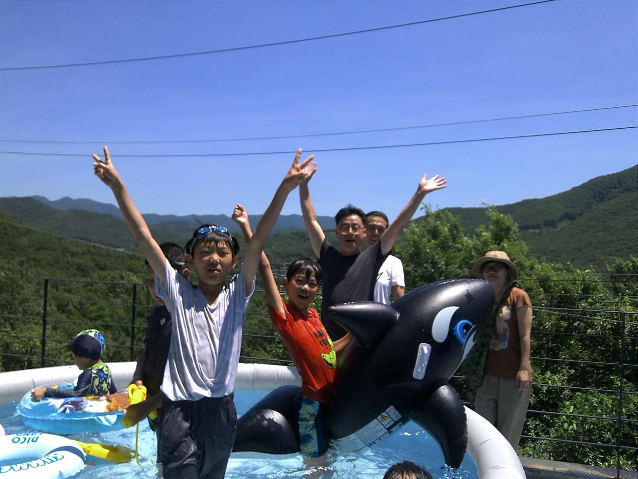 마을 공동공간에 만든 수영장에서 노는 아이들.   어른들은 해마다 여름이 되면 아이들이 마음껏 여름을 즐길 수 있게 간이 수영장을 만들어주곤 한다. 아이들은 이 안에서 신나게 여름을 만끽한다. 이게 바로 온 마을이 아이를 키우는 방식 아닐까.