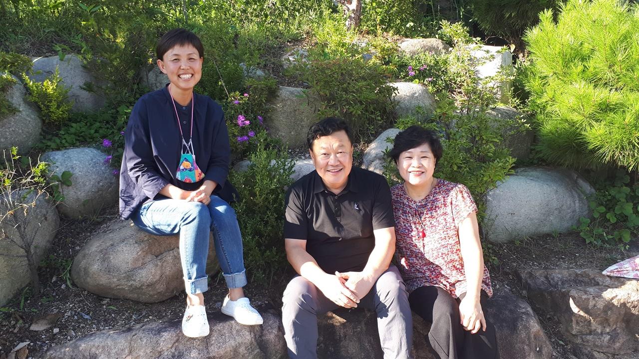 마을을 이끄는 사람들 중.   왼쪽부터 이근향 총무, 가운데 안덕균 대표, 오른쪽은 안덕균 대표의 부인이자 전 부녀회장인 김미숙씨.