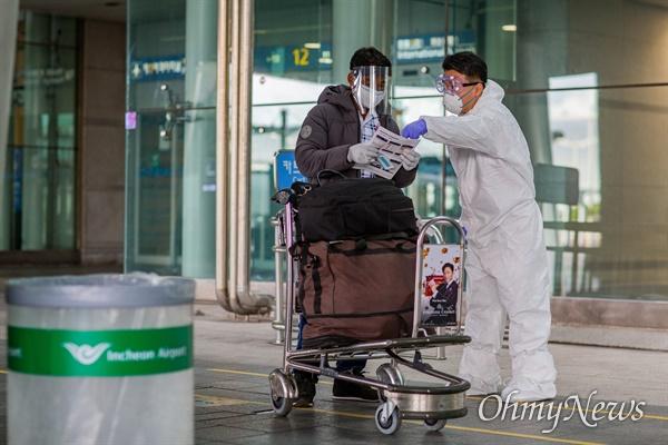 27일 오후 인천국제공항에서 공항관계자가 입국한 한 외국인을 안내하고 있다.