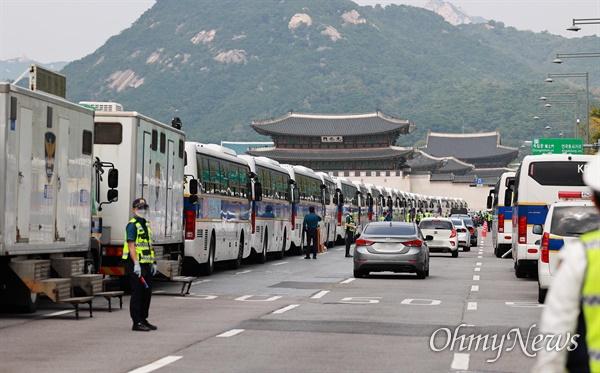 개천절인 3일 서울 도심에서 보수극우단체들이 문재인 정권 규탄 집회를 예고한 가운데, 광화문광장에 집회 참가자들이 모이지 못하도록 경찰 버스가 차벽을 만들어 에워싸고 있다.